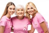 Ženy s růžovými stuhami na tričkách objímající izolované na bílém