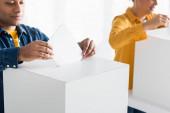 indiai férfi behelyezése szavazólap szavazólap közelében nő elmosódott háttér