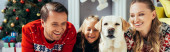 radostné rodiče sledování filmu na notebooku v blízkosti dcery a psa na Vánoce, banner