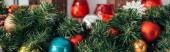 barevné vánoční míče na zelené borovici, banner