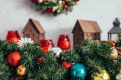 barevné vánoční koule na zelené borovice s rozmazaným pozadím