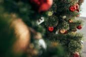 barevné vánoční koule na zelené borovice