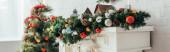 színes golyók és fenyőtobozok fenyőfán a karácsonyfa közelében, banner