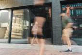 Bürger gehen auf moderne Straße in der Nähe von Gebäuden, lange Belichtung