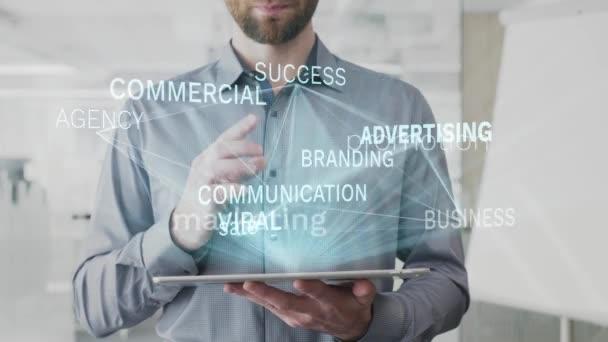 reklama, marketing, propagace, prodej, obchodní slovo mrak se jako hologram na tablet používaný vousatý muž, také používá animovaný komerční úspěch značky komunikace slovo jako pozadí v rozlišení 4k