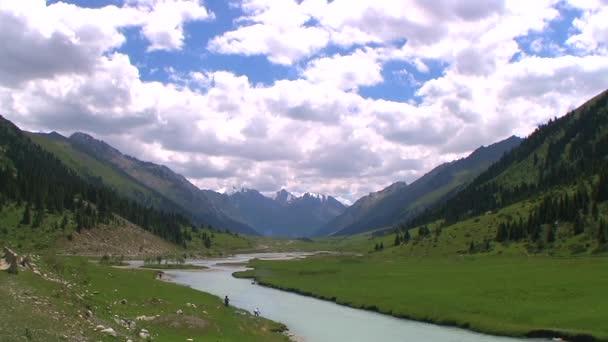 Pohled na údolí s hory a řeky