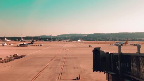 zuerich-flughafen zeigt flughafen, flugzeuge, busse, die tagsüber kommen und gehen