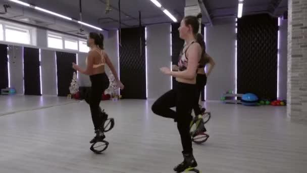 Ženské skupiny tří mladých, sexy dívek Kangoo skoky v tělocvičně