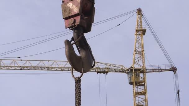 Der Haken eines Baukrans. Geräte auf der Baustelle.