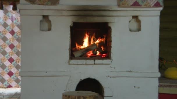 Tradiční ruská trouba, vaření na dřevě.