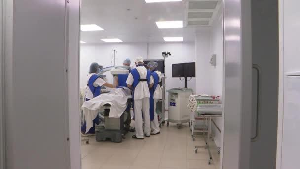 Moskva. Rusko-srpen 2018: chirurgové na provozní klinice. Moderní úspěchy v medicíně.
