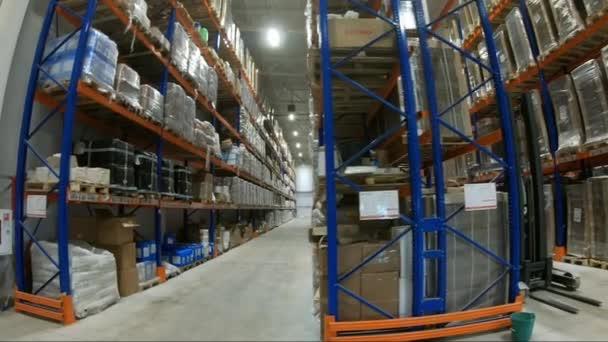 Raktár betöltő. Egy halom doboz egy ipari raktárban.