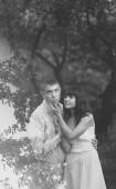 Šťastný pár objímat v letním parku, černé a bílé