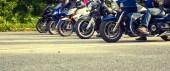 Fotografie Mnoho různých motorek kola na silnici
