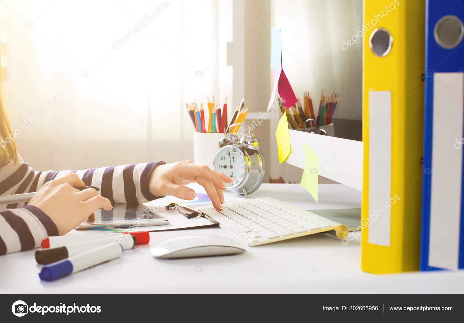 Graphiste jeune femme aide tablette graphique pour faire son travail