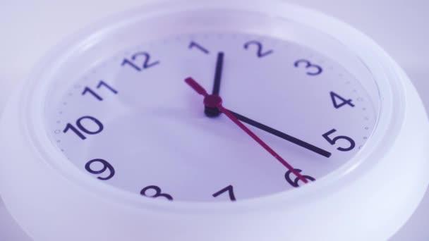 Nástěnné hodiny bílé šipky