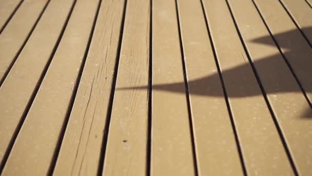 Dřevěná kontrastní podlaha se slunečními stíny