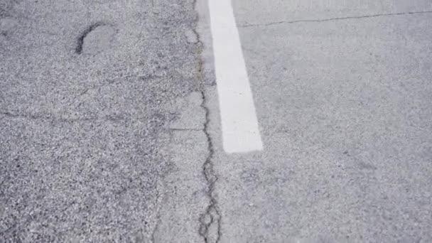 Bílá šipka nakreslená na silnici