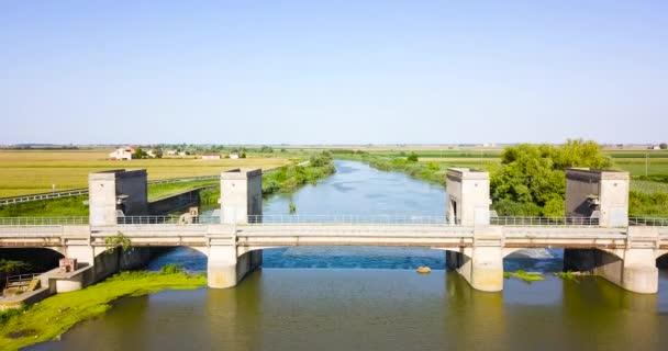 Most přes řeku se starou vodní elektrárnou