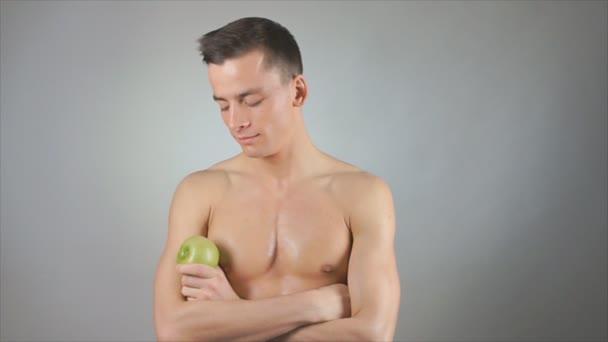 Strava. Pěkný chlap a zelené jablko. Zdravý životní styl