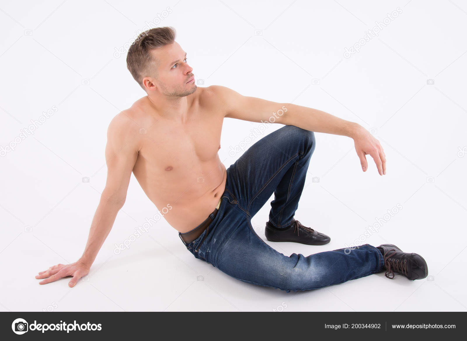f4cc18aef794 Hombre Guapo Joven Está Descansando Chico Sin Camisa Está Sentado ...