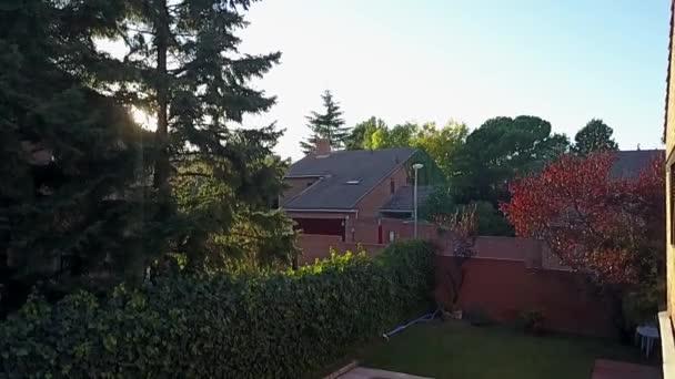 Luftaufnahmen von der Drohne eines Viertels mit seinen Swimmingpools in einem Wald am Rande Madrids. erstaunlicher Lebensstil in den Wohngebieten Madrids mit Grünflächen