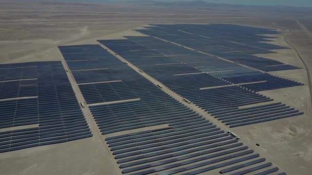 Luftaufnahmen von hunderten Solarmodulen oder Modulen reihen sich entlang des trockenen Landes in der chilenischen Atacama-Wüste. Große Photovoltaik-Photovoltaik-Anlage mitten in der Wüste aus der Luft