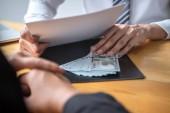 Nečestné podvádění v podnikatelských ilegálních penězích, podnikatel dává