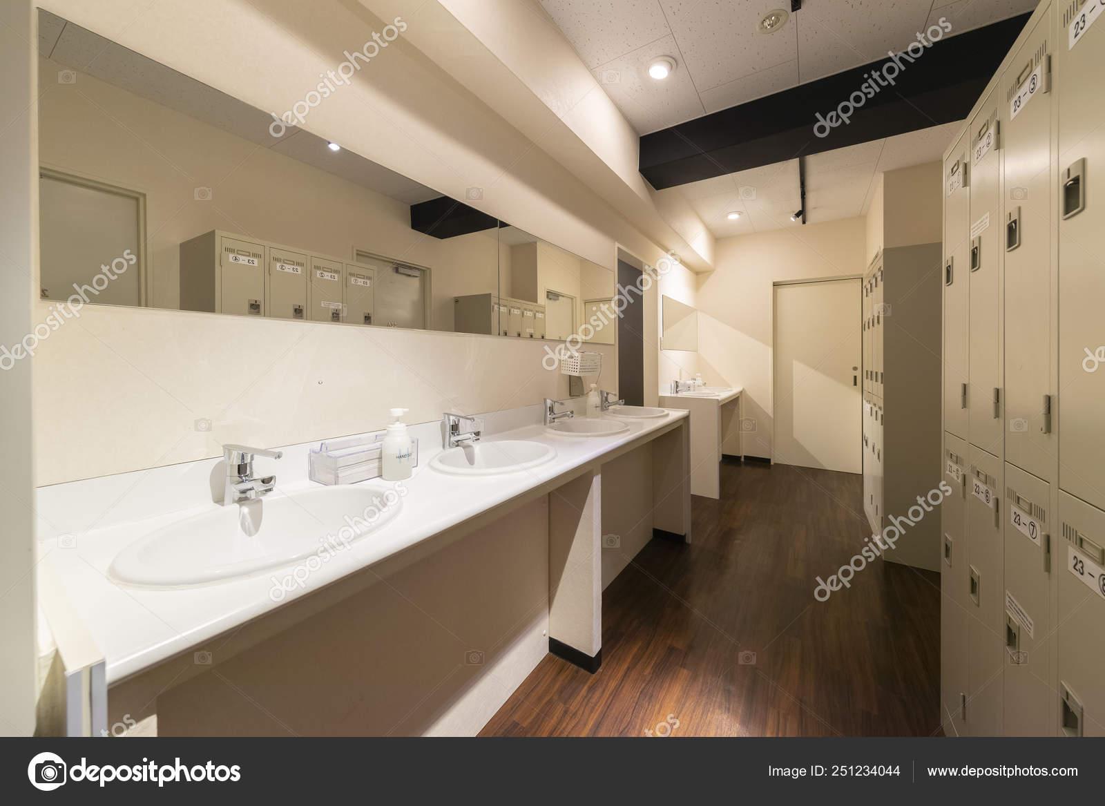 Lavabos Armarios Cuarto Baño — Foto editorial de stock ...
