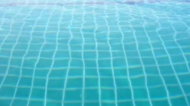 Vlčeje povrch plaveckého bazénu modrá voda reflektující