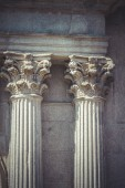 Fotografia Temple, Corinthian capitals, stone columns in old building in Spain