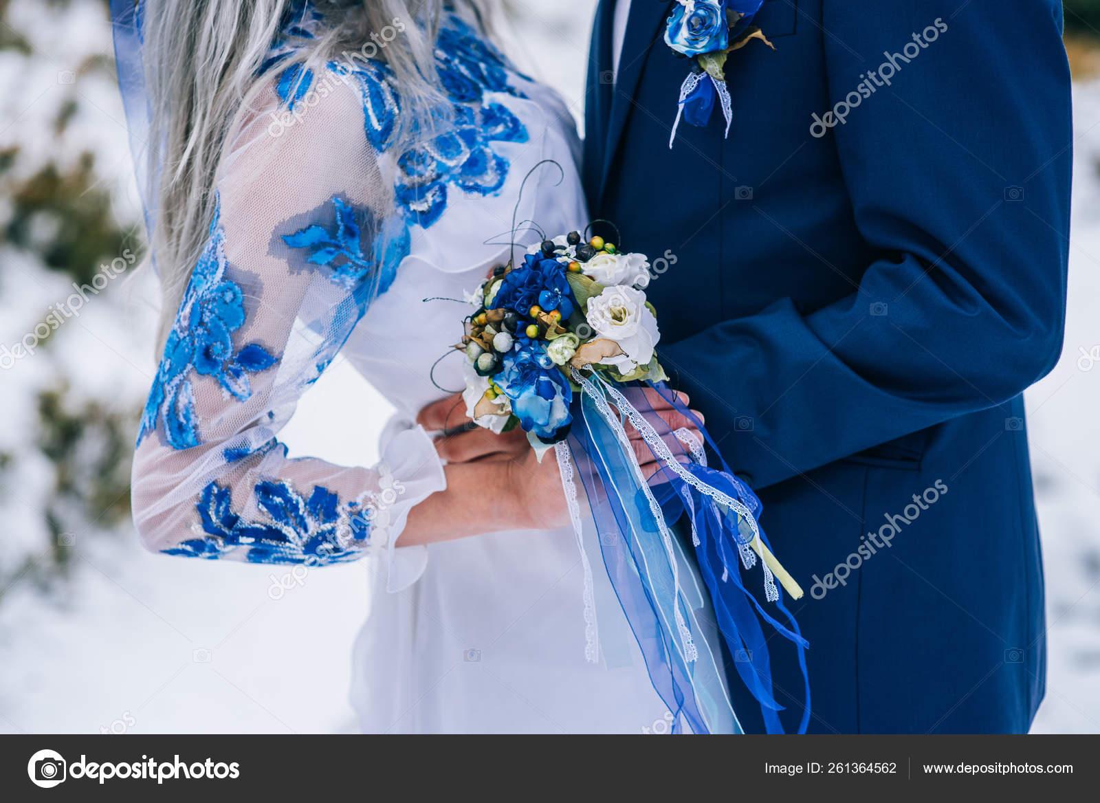bräutigam blauen anzug und braut weiß bestickt mit blauem