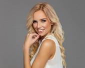 portrét krásného úsměvu blonďatá žena