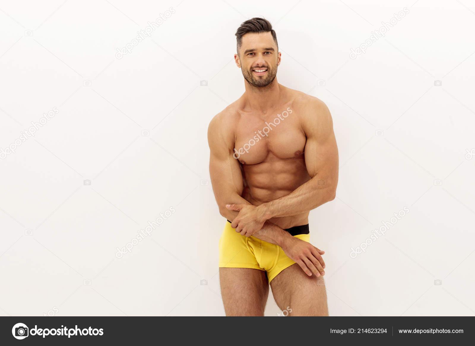 bdc5e693f5 Sexy Modelo Masculino Con Músculos Ropa Interior — Foto de stock ...