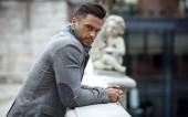 Porträt eines gutaussehenden Mannes in grauer schicker Jacke