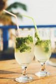 Dvě skleničky Mojito koktejl v baru na pláži