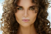 Fotografie portrét krásné ženy s kudrnatými vlasy