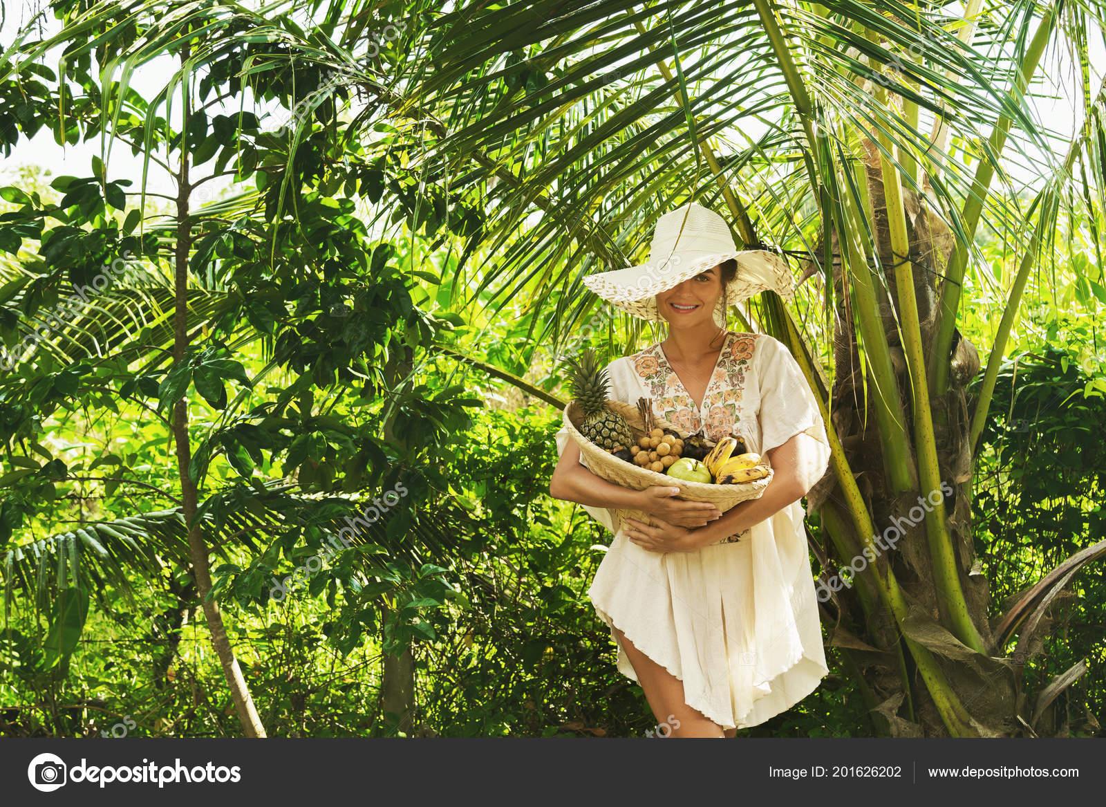 Hermosa Mujer Con Sombrero Ala Ancha Jardín Tropical Con Una — Fotos de  Stock c1a19247414