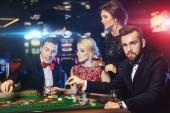 Mladí bohatí lidé hraní rulety v kasinu