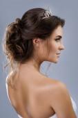Portréja egy stílusos frizurával, elszigetelt szürke háttér gyönyörű menyasszony