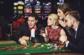 Mladý, dobře oblečený a bohatí lidé hraní rulety v kasinu