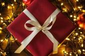 Sfondo con un regali di Natale e lightsistmas indicatori luminosi dardore