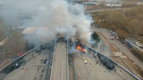 Letecký pohled na statečné hasiče uhasit požár na střeše budovy