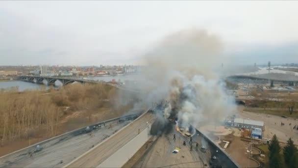 Letecký pohled na hasiče, riskují své životy uhasit požár na střeše budovy