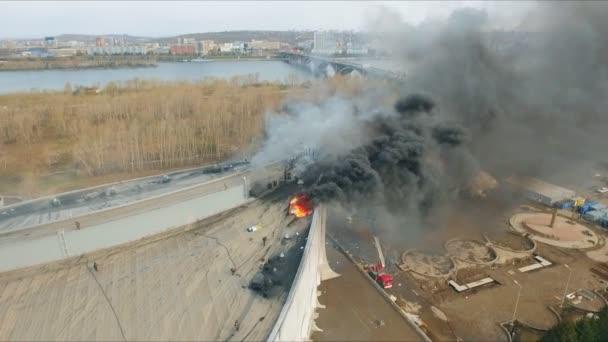 Krasnojarsk, Rusko - 08 může, 2018: letecký pohled na hašení hlavní oheň na střeše stadionu