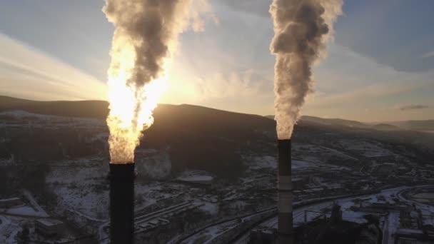 Letecký pohled na kouř stoupající z komína kotle na uhlí. Kruhové panorama s výhledem na město