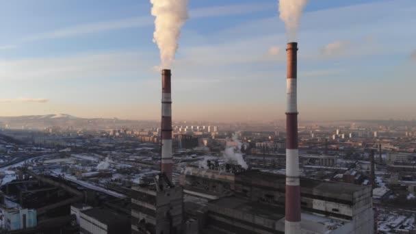 Luftaufnahme von Rauch aus dem Schornstein eines Kohle-Kessels. Bewegung von unten nach oben, Blick auf die Stadt