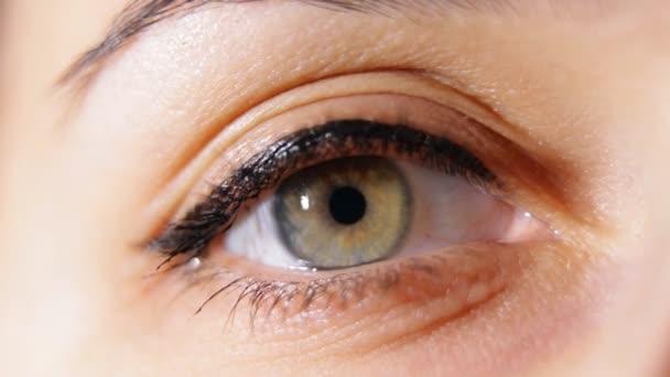 Makro-Nahaufnahme der Öffnung der Augen von Frauen.