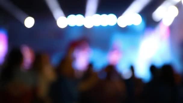 Középpontban a színpad, zenei fesztivál,