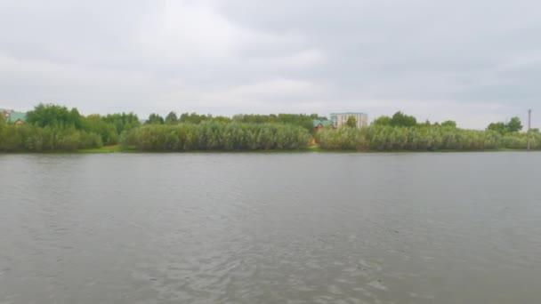Pohled na řeku. Panoramatické vedení. Podzim. Zataženo.